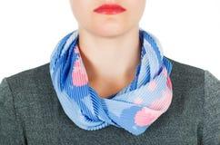 De sjaal van de zijde Blauwe zijdesjaal rond haar hals op witte achtergrond Royalty-vrije Stock Fotografie