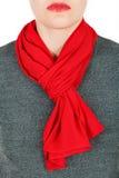 De sjaal van de zijde Rode zijdesjaal rond haar die hals op witte achtergrond wordt geïsoleerd Royalty-vrije Stock Fotografie