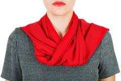 De sjaal van de zijde Rode zijdesjaal rond haar die hals op witte achtergrond wordt geïsoleerd Royalty-vrije Stock Foto