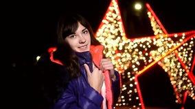 De sjaal van het de nachtjasje van het vrouwenmeisje en de donkere winter stock video