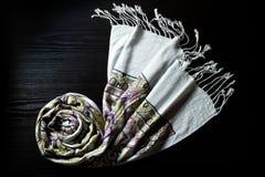De sjaal van het kasjmier op een zwarte achtergrond Royalty-vrije Stock Afbeeldingen