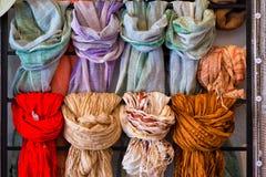 De sjaals voor verkoop, sluiten omhoog royalty-vrije stock fotografie