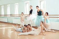 De sju ballerina på balettstången Royaltyfria Bilder