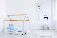 De Skandinavische slaapkamer van de stijljongen ` s stock afbeeldingen