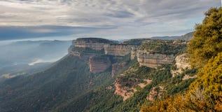 De skarpa bergen är autentiska balkonger i natur Arkivfoton