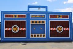 De Skewville-tweelingen voltooiden hun free-standing doos van de monsterboom bij het nieuwe de aantrekkelijkheidskonijn Art Walls Royalty-vrije Stock Afbeelding