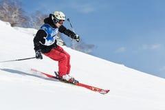 De skiër berijdt steile bergen Het Schiereiland van Kamchatka, het Verre Oosten Royalty-vrije Stock Afbeeldingen