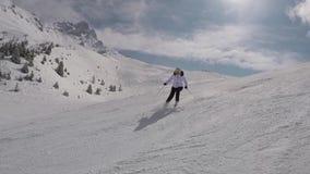 De skiër die onderaan een Gravure van de Berghellingen ski?en in de Winter op bergaf ski?t stock footage