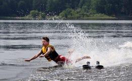 De Skiër die van het water en ongeveer om in een meer te verpletteren valt Stock Foto's