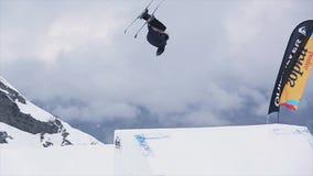 De skiër in eenvormige sprong van springplank, maakt volledige tik in lucht SNEEUW BERGEN Extreme sport stock video