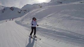 De skiër ski?t op Ski In The Slope And die Zijn Handen opheffen die Succes tonen stock video