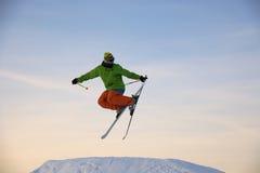De skiër springt Stock Foto's