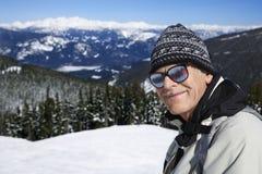 De skiër van de mens in bergen. royalty-vrije stock afbeelding