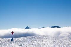 De skiër van de toerist in bergen stock foto's