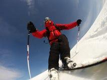 De skiër voert een hoge snelheid uit aanzet een skihelling. Royalty-vrije Stock Foto