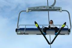 De skiërmensen op de lift Stock Afbeelding