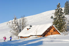 De skiërs beëindigen een Dag van het Ski?en op een Oorspronkelijke Helling Stock Foto