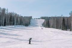 De skiërs berijden van de berg Het van brandstof voorzien van de benzinepomp De winter in Siberië Het landschap van de winter Moo stock afbeeldingen