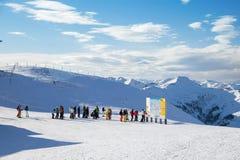 De skiërs bevinden zich vóór kaart van pistes Royalty-vrije Stock Foto's