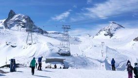 De skiërs die bij de ski ski?en volgen op de de skitoevlucht van Klein Matterhorn stock footage