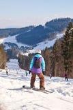 De skiërs en snowboarder daalt van de berg Stock Foto