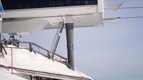 De skiërs en snowboarders bereden de lift tot de bovenkant van de berg 4K Rusland, Tashtagol, Sheregesh, 4 December 2016 stock video