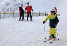 De skiërs genieten van ski?end bij de helling in de Oostenrijkse Alpen Stock Afbeelding