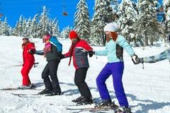 De skiërs komen boven royalty-vrije stock afbeelding