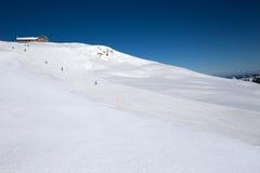 De skiërs op de helling van Spirstock bereiken in ski hoch-Ybrig een hoogtepunt aangaande Royalty-vrije Stock Afbeeldingen