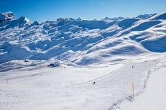 De skiërs op de skihellingen in hoch-Ybrig ski?en toevlucht, Kanton Schwyz Stock Afbeeldingen