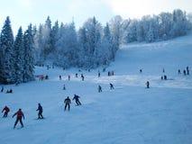 De skiërs op een helling bij ski nemen in de Karpaten, de Oekraïne zijn toevlucht Stock Foto's