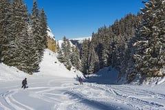De skiërs op een piste in alpiene ski nemen zijn toevlucht Royalty-vrije Stock Foto's