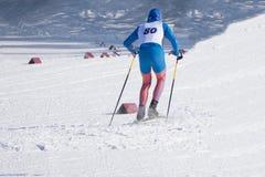 De skiërs op een ski hellen in de toevlucht op de achtergrond van de sneeuwwinter in de winter, weer het toelaten royalty-vrije stock afbeeldingen