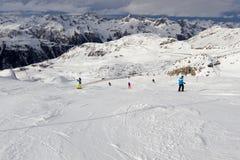De skiërs op ski hellen royalty-vrije stock afbeeldingen