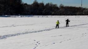 De skiërs in pensionering verouderen stock videobeelden