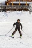 De ski?ende jongen in Zwitserland royalty-vrije stock afbeelding
