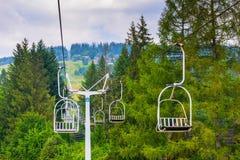 De skiliften beklimmen de heuvel royalty-vrije stock afbeeldingen