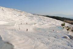 De skimrande vita travertinesna och terrasserna av Pamukkale Fotografering för Bildbyråer