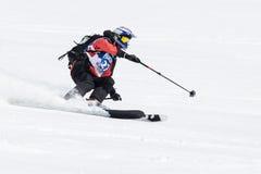 De skiër berijdt steile bergen Het Schiereiland van Kamchatka, het Verre Oosten Stock Foto's