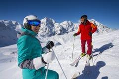 De skiërs maakt een onderbreking en genieten van de mening Stock Foto's