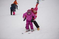 De skitoevlucht Protasov Yar 25 Januari, 2015 van de Oekraïne, Kiev De skihelling in het stadscentrum Skischool voor kinderen De  stock fotografie
