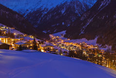De skitoevlucht Solden Oostenrijk van bergen bij zonsondergang Stock Afbeeldingen