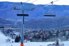 De skitoevlucht van de sneeuwmassa Stock Afbeeldingen
