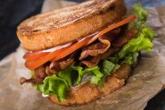 De Sla van het bacon en de Sandwich van de Tomaat Stock Afbeeldingen