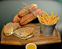 De Sla van de rundvleessandwich en gesmolten kaas Stock Afbeeldingen