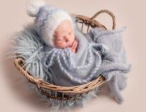 De slaap van de baby in mand royalty-vrije stock afbeelding