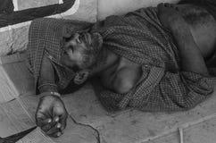 De slaap van de bedelaarsmens in de straten van Santo Domingo, Dominicaanse Republiek royalty-vrije stock afbeeldingen