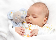 De slaap van de baby in bed Stock Afbeeldingen