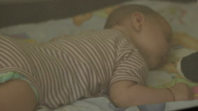 De slaap van de baby in bed stock footage