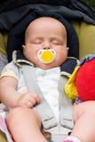 De slaap van de baby in een autozetel Stock Fotografie